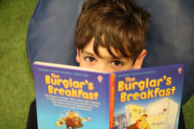 Alumno de Caxton College disfrutando de un momento de lectura en los reading corner del colegio