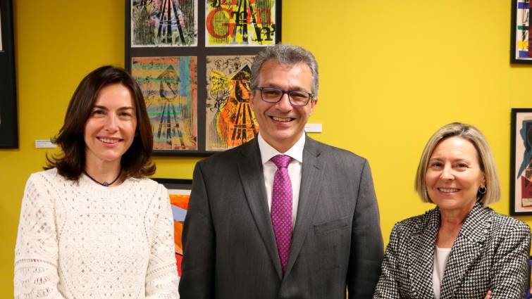 Marta Gil y Amparo Gil, directoras de Caxton College, junto con Álvaro Pascual-Leone