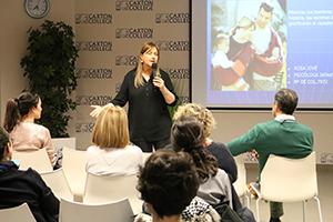 La psicóloga clínica Rosa Jové ofrece una charla en Caxton College sobre los pilares para una crianza feliz