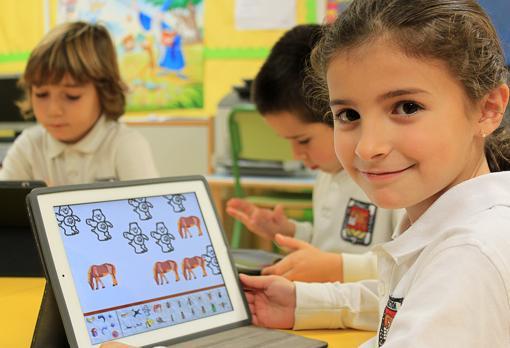 Alumna de Primaria utilizando un iPad en Caxton College