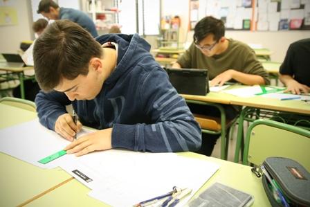 alumnos preparando examenes
