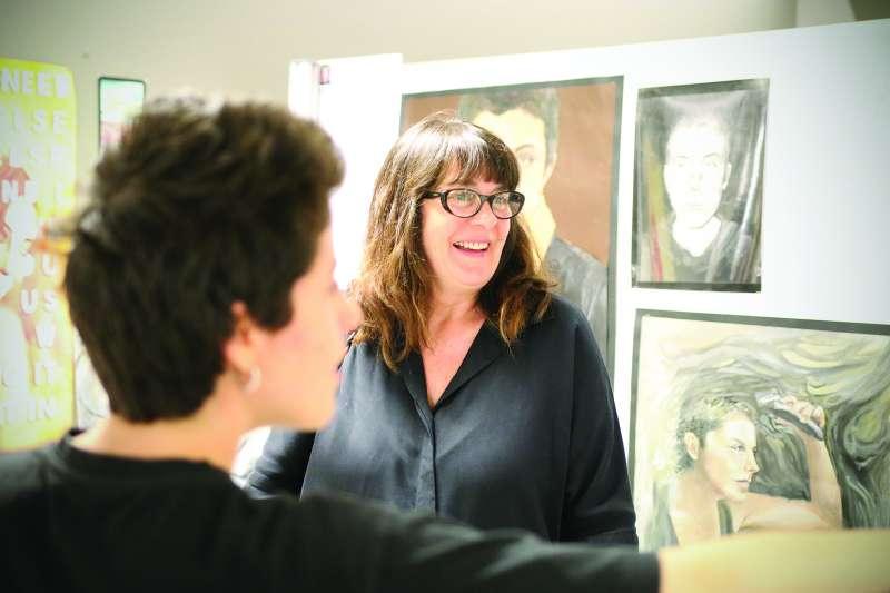 Rosa Santos visita la galería de arte de Caxton College en Puzol