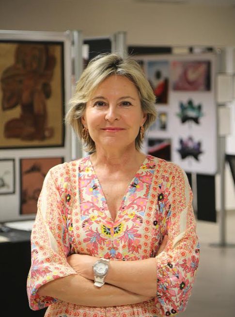 La directora del colegio británico Caxton College, en la galería de arte hecha por los alumnos